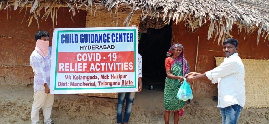Lingubai bei der Übergabe des Hilfspaketes